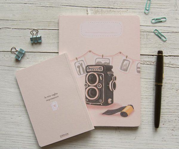 Quaderno artigianale con macchina fotografica