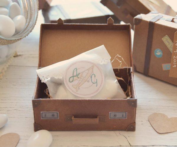 Valigia di cartone in miniatura portaconfetti